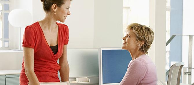 leerkrachten-in-overleg-jongere-en-oudere-vrouw-centraal-nederland