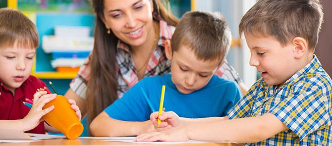 leerkracht-kinderen-tekenen-centraal-nederland